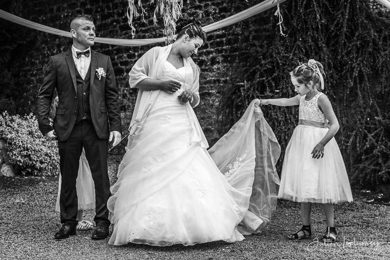 Couple marié et enfant d'honneur