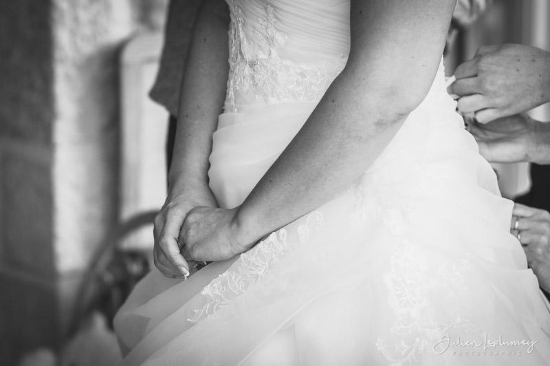 Détail sur les mains de la mariée
