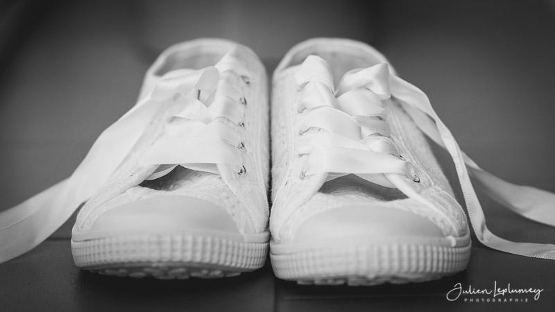 photo de détail sur les baskets de la mariée
