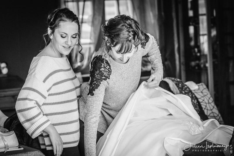 les filles préparent la robe