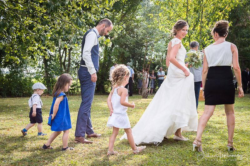 mariage marche des mariés avec les enfants
