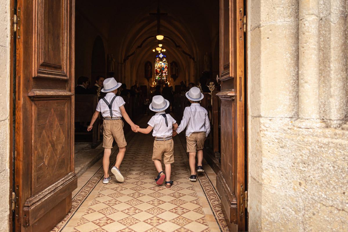 photo de mariage ravenoville eglise enfants garçons entrée